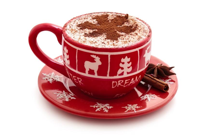 Rote Tasse mit heisser Schokolade