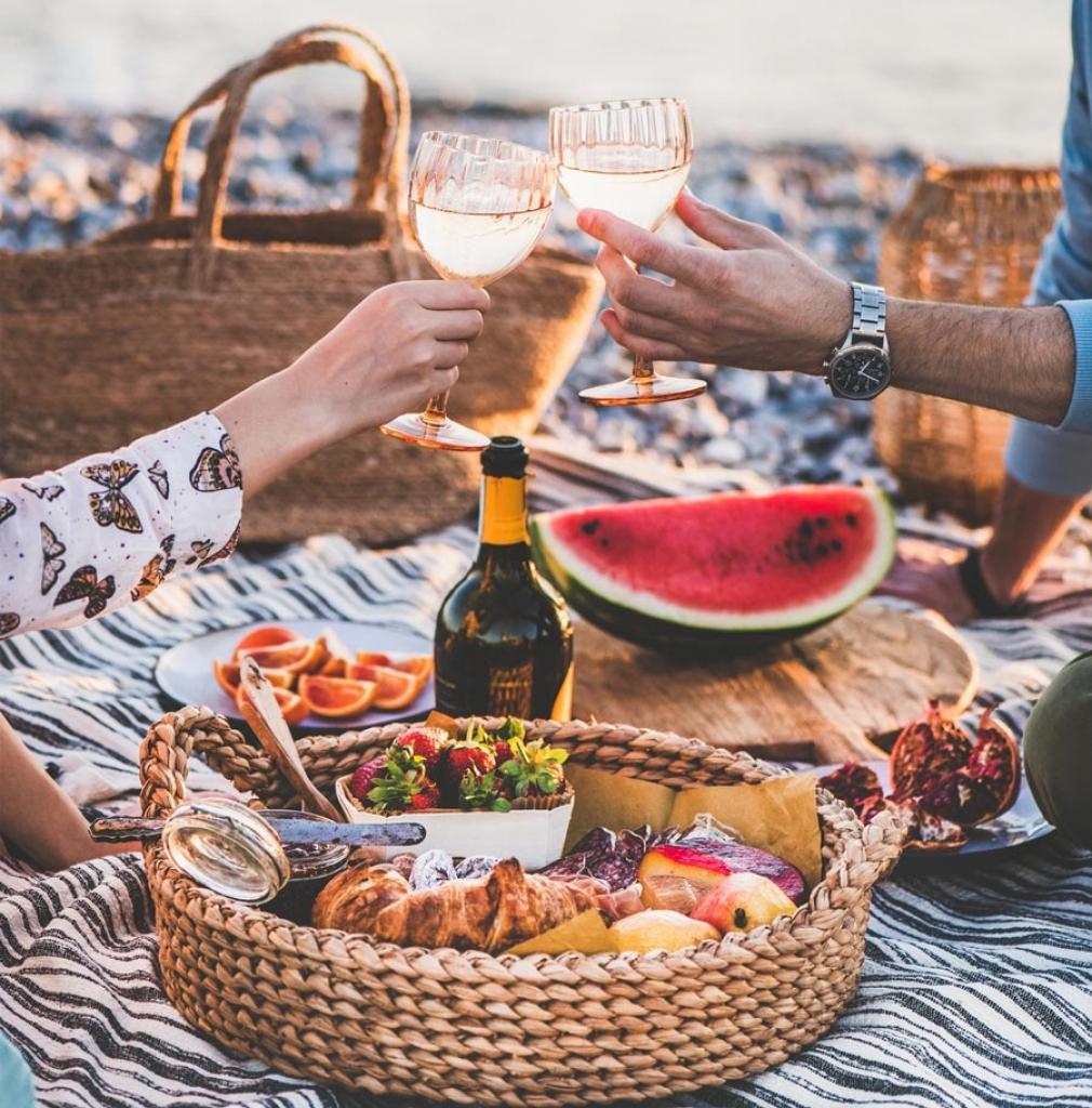 Picknick zu zweit am Wasser